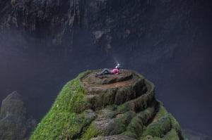 21-Туристка на экскурсии в самой большой пещере в мире