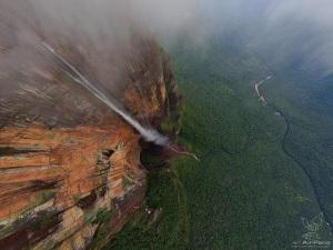7-Живописный вид на водопад дракон в Венесуэле