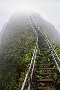 8-Лестница Хайку, окутанная дымкой облаков